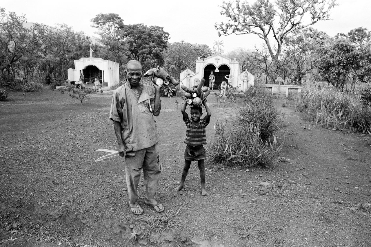 002 Davanti alle tombe degli antenati, Agni, Gabon, 1978
