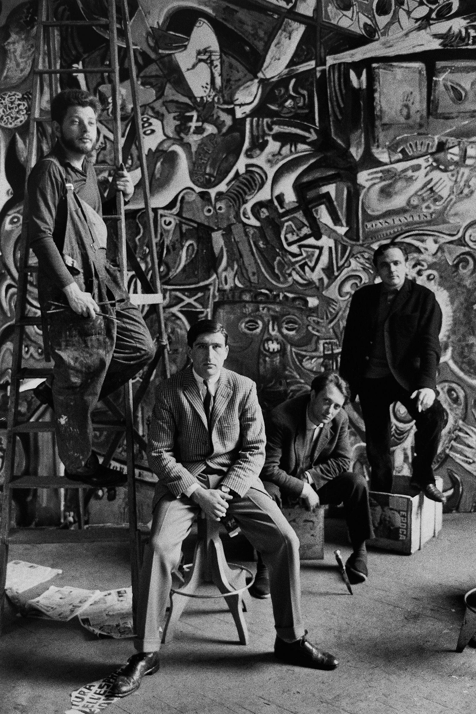 ARTISTI - 1 – Nello studio di Roberto Crippa, Milano durante il lavoro su Grande Quadro Antifascista Collettivo, con Jean-Jacques Lebel, Vario Adami, Tancredi Parmeggiani e Alain Jouffroy, 1960