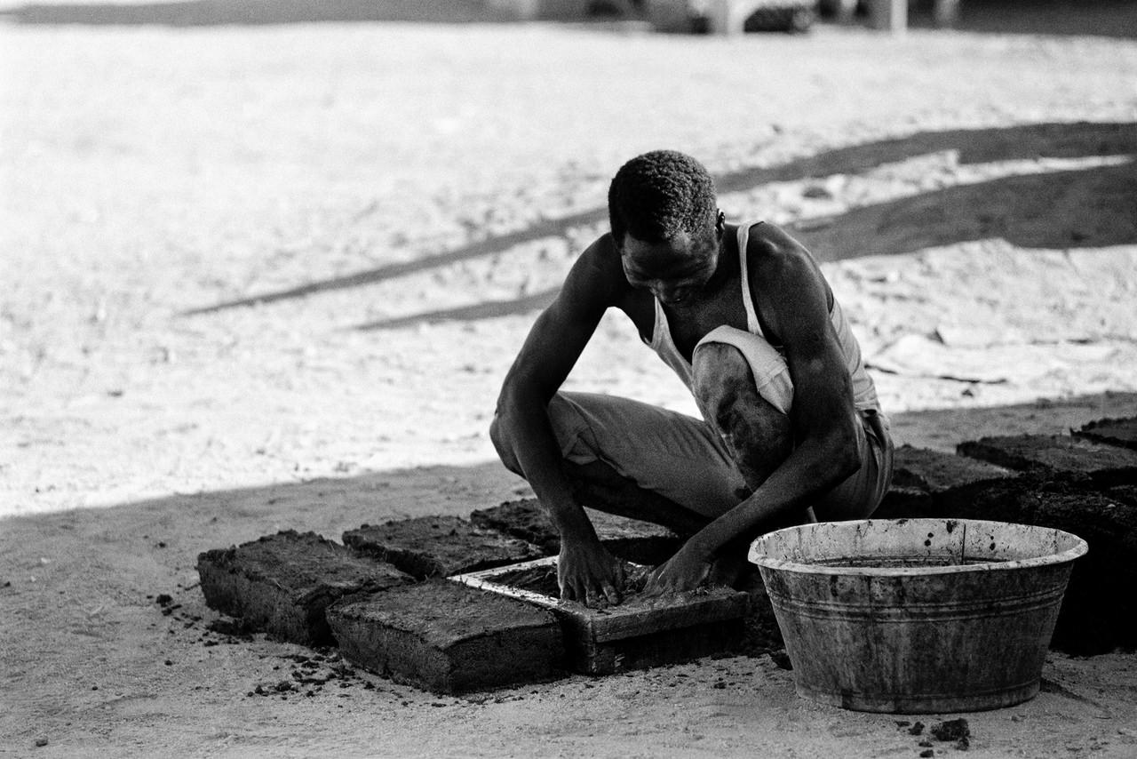 013 La fabbricazione dei mattoni di terra, Agadez, Niger, 1978