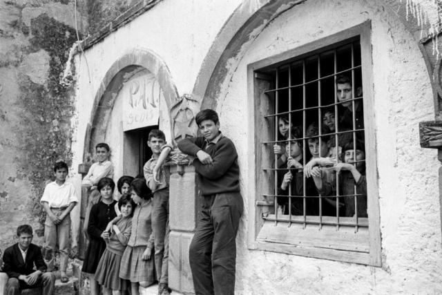 SCUOLA - 2 – Fuori dall'aula, Senis, Sardegna, 1964