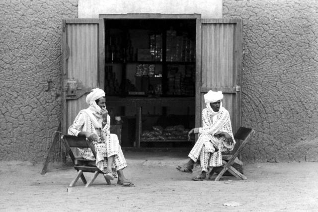034 Davanti a un emporio, Tamanrasset, Algeria, 1978