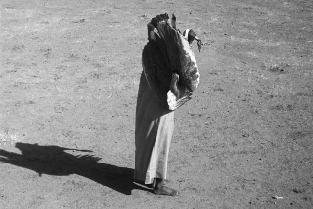 AFRICA - 4 e 4bis – L'addestramento di un falco, Sud del Sahara, anni '70