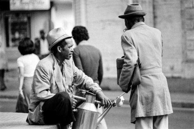 042 Venditore ambulante di bevande, Madagascar, 1979