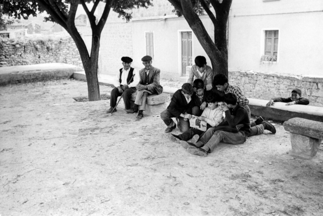 SCUOLA - 5 – Nonni e nipoti, Senis, Sardegna, 1964