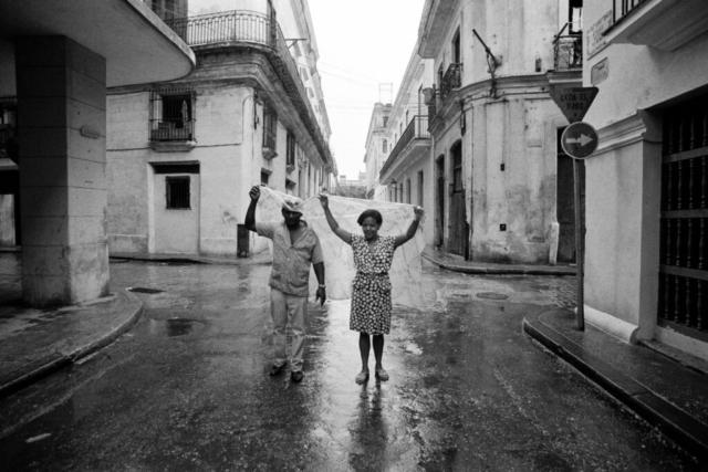 CUBA - 5 – Riparo dalla pioggia, L'Avana, 1992