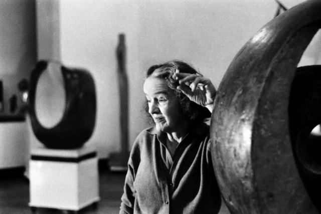 ARTISTI - 5 – Barbara Hepworth, nel suo studio a Saint Ives, Cornovaglia, anni '70