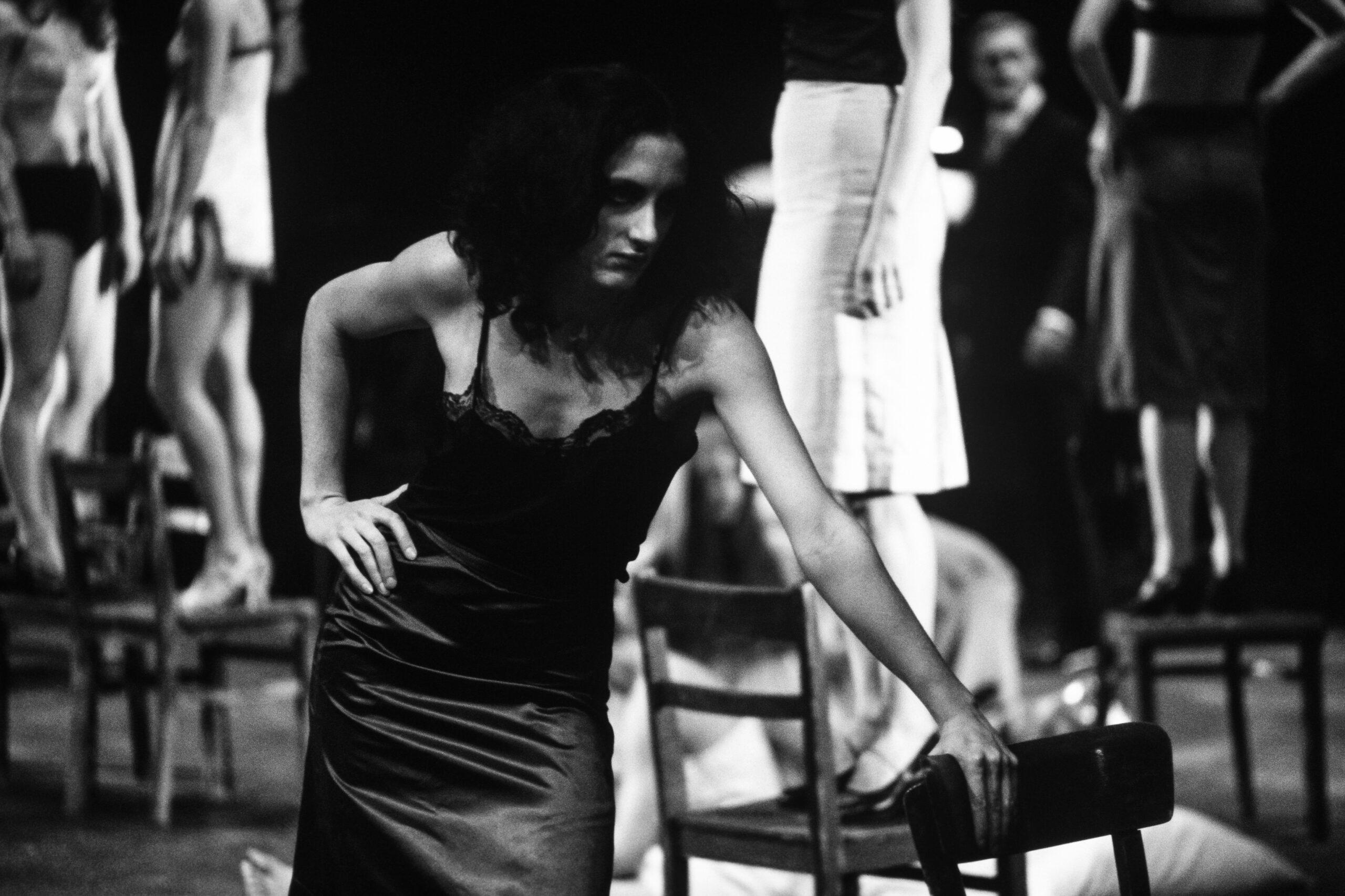TEATRO - 6 – 7 – Il Tanztheater di Pina Bausch, nello spettacolo I sette peccati capitali, Théatre de la Ville, Parigi, 1976