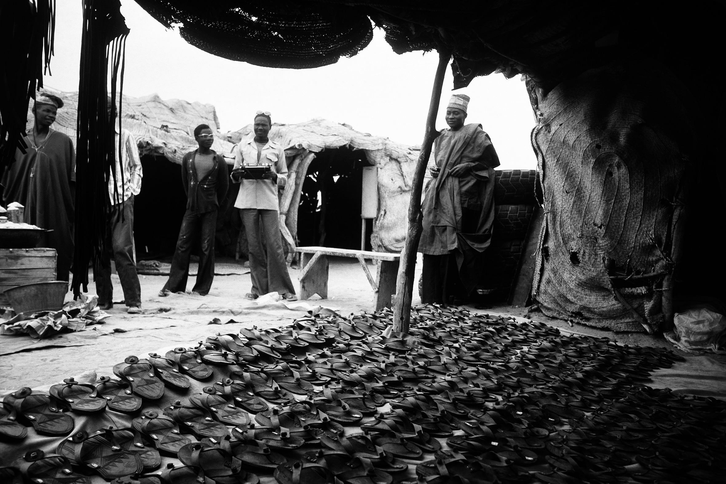 AFRICA - 8 – Venditore di sandali, mercato mobile, Senegal, 1970
