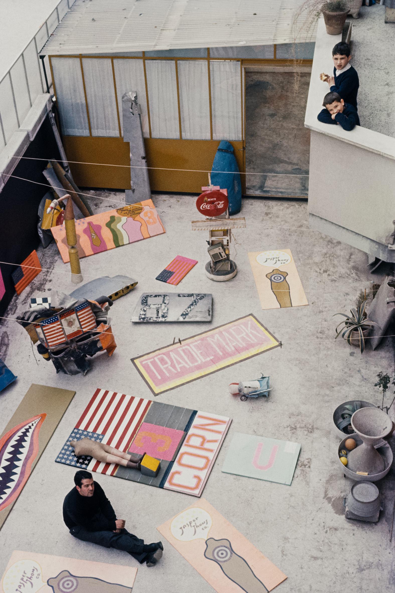 GRAFICI a colori - 8 – Pino Pascali nel suo studio di Roma, 1964