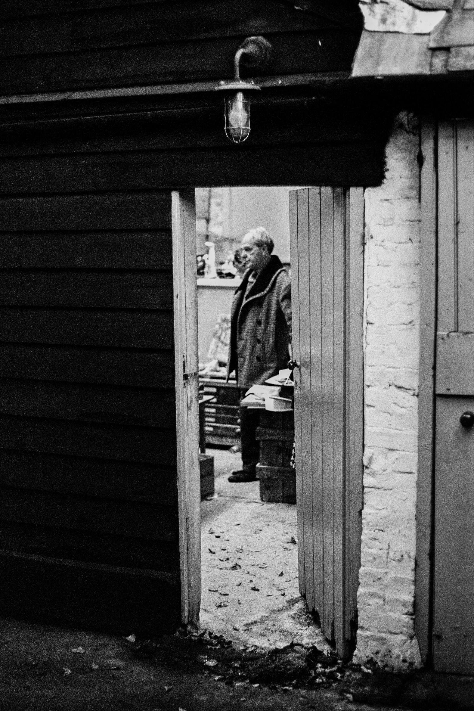 ARTISTI - 10 – Henry  Moore, nel suo studio a Much Hadham, Inghilterra, 1961