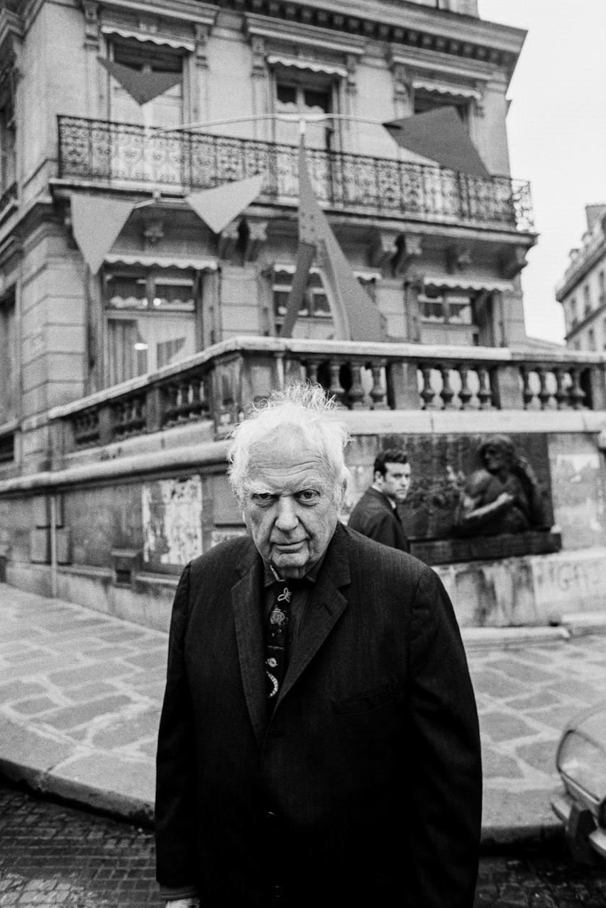Alexander Calder (1898-1976) Lo scultore davanti alla sua opera, esterno Galleria Maeght Parigi, 1975