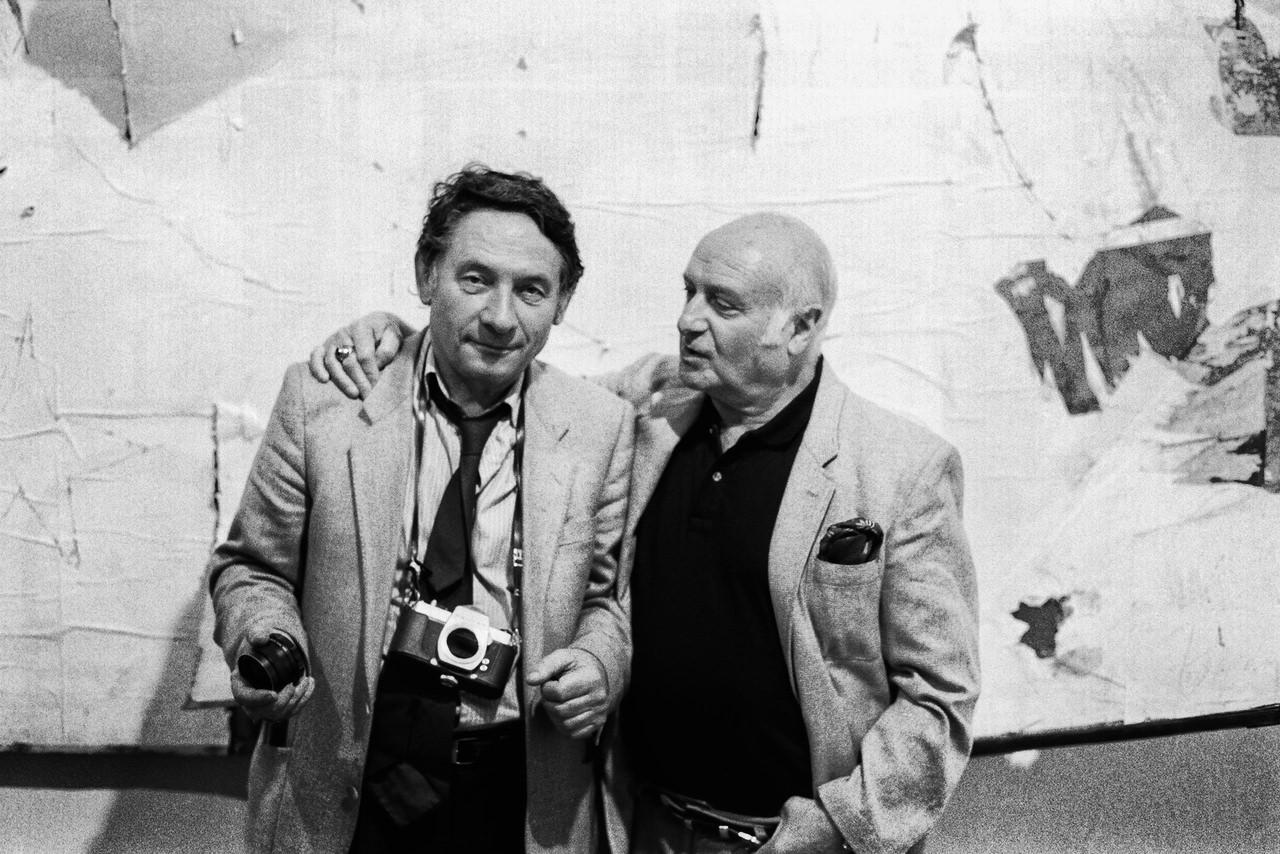 Mario Dondero – Mimmo Rotella (1918-2006) Il fotografo con Rotella davanti ad una sua opera Milano, 1990