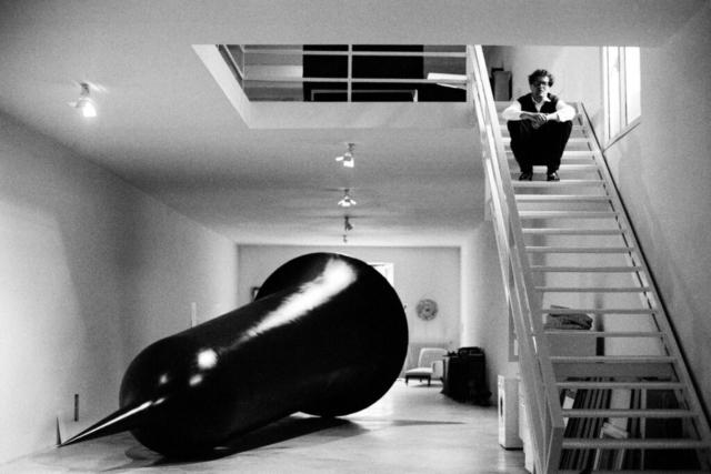 Anish Kapoor (1954) Lo scultore con una sua opera Londra, anni '90